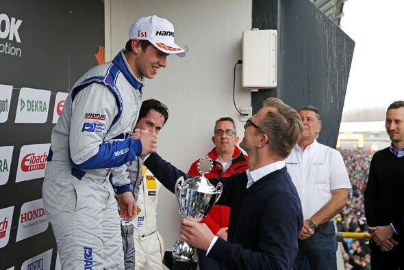 Mike Halder jubelt über seinen ersten Sieg überhaupt in der ADAC TCR Germany - Foto: ADAC TCR Germany