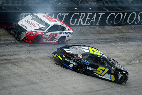 Leader Ryan Blaney in der Mauer - Foto: NASCAR