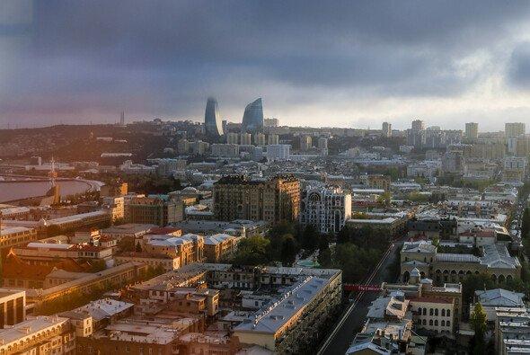 Die Formel 1 dürfte beim Rennen in Baku von dunklen Wolken und Regen verschont bleiben - Foto: LAT Images
