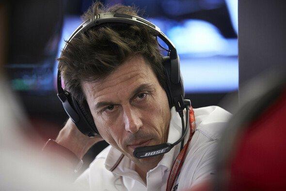Toto Wolff ist gar nicht einverstanden damit, wie es in der Formel 1 manchmal zugeht - Foto: LAT Images