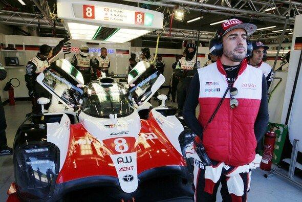 Bei seinem WEC-Debüt mit Toyota muss sich Fernando Alonso seinen Teamkollegen geschlagen geben - Foto: Toyota