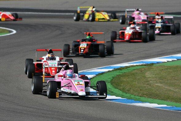 Niklas Krütten (Nr. 4) führt die Rookiewertung an - Foto: ADAC Formel 4