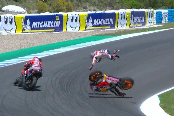 Pedrosa fliegt bereits, Lorenzo und Dovizioso kollidieren - Foto: MotoGP/Screenshot