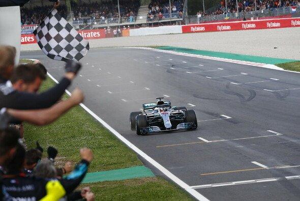 Lewis Hamilton ist mit 41 Siegen von der Pole der alleinige Rekordhalter - Foto: Mercedes-Benz
