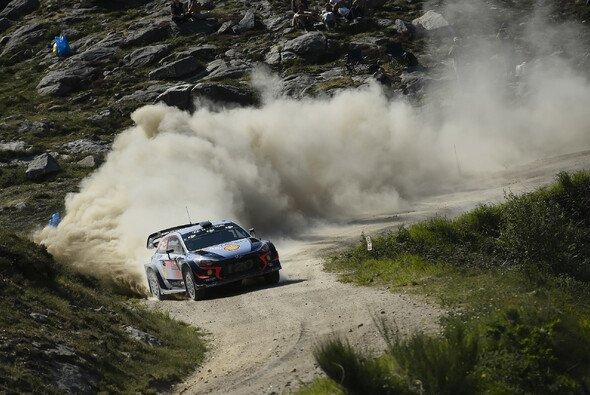 Thierry Neuville ist der Spitzenreiter der Rallye Portugal - Foto: LAT Images
