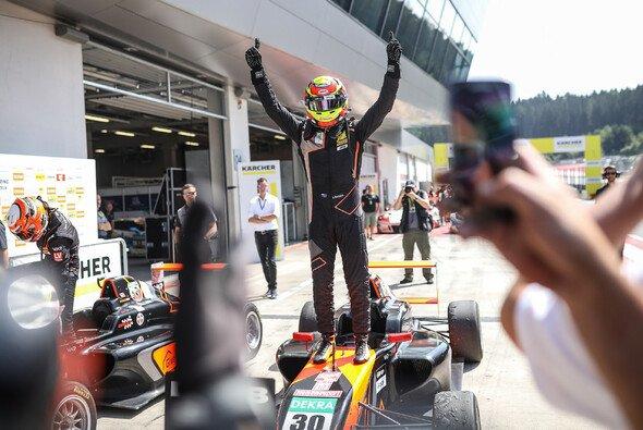 Hat allen Grund zum Jubeln: Liam Lawson - Foto: ADAC Formel 4