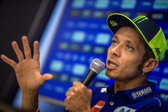 Valentino Rossi beschwerte sich am Sonntag in Aragon über Yamaha - Foto: Ronny Lekl