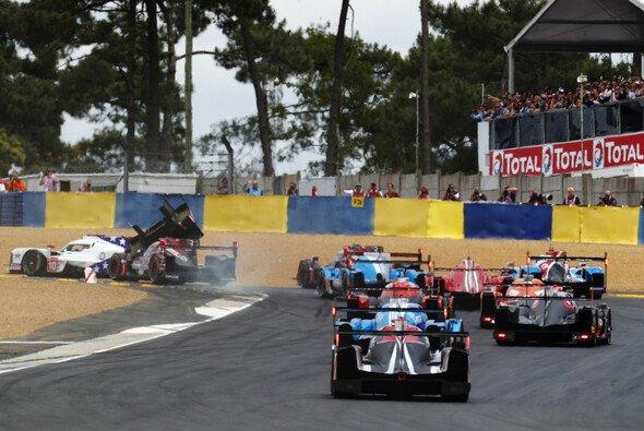 Gleich nach dem Start krachte es in Le Mans - Foto: LAT Images