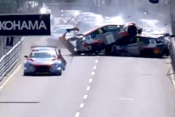 Heftiger Massen-Crash bei der WTCR in Vila Real - Foto: Youtube/Screenshot