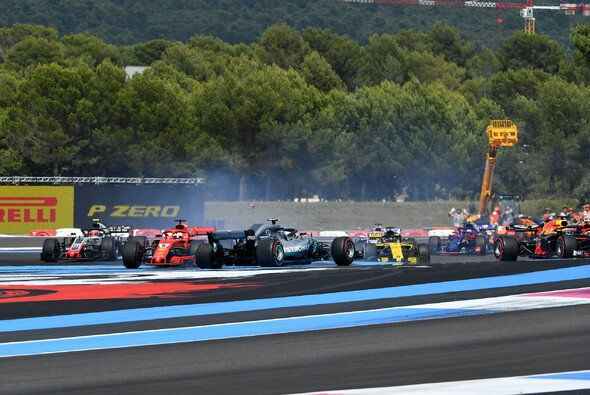 Sebastian Vettel weist die Schuld am Startunfall von sich - Foto: LAT Images