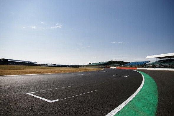 Club Corner sorgte im Training für einige extreme Linien mancher Piloten - Foto: LAT Images