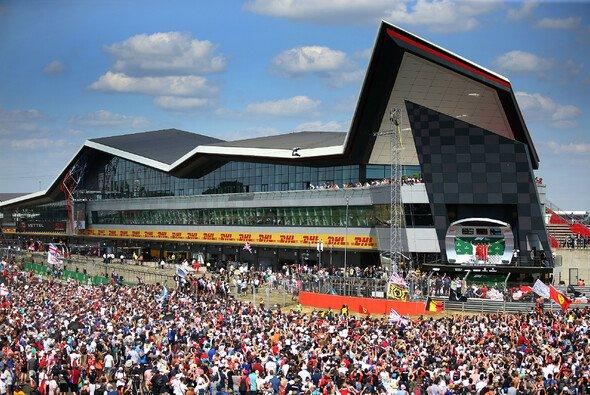Traumkulisse Silverstone: Die Petrolheads behalten ihren GP nach langem Bangen auch in Zukunft - Foto: LAT Images
