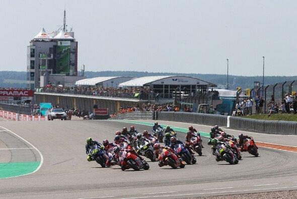 Diese Herren gehören auf den Sachsenring: Start des MotoGP-Rennens 2018 - Foto: Repsol