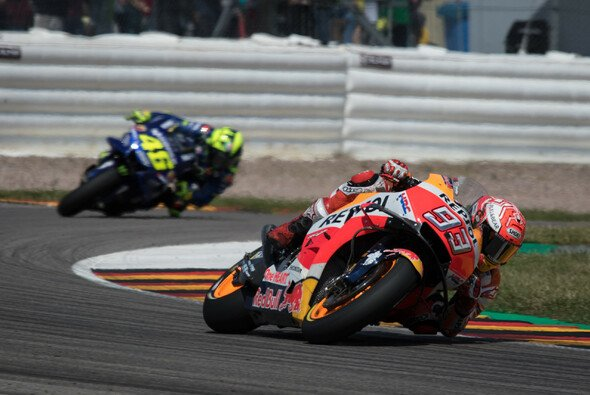 Valentino Rossi konnte Marc Marquez 2018 bislang nur in einem einzigen Rennen schlagen - Foto: Tobias Linke