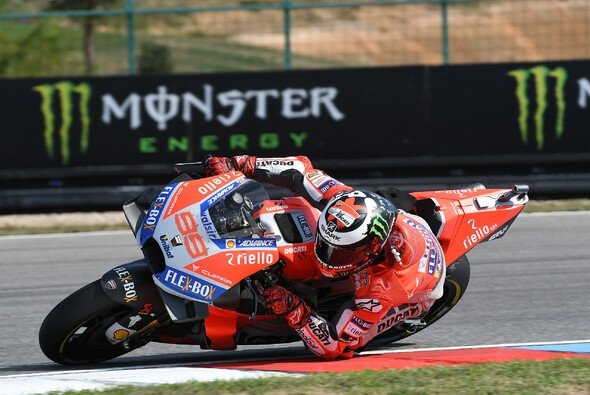 Jorge Lorenzo konnte den Angriff auf Andrea Dovizioso nicht ausreichend vorbereiten - Foto: Ducati