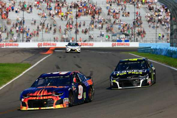Jimmie Johnson schiebt Chase Elliott nach dem Sieg in die Victory Lane - Foto: NASCAR
