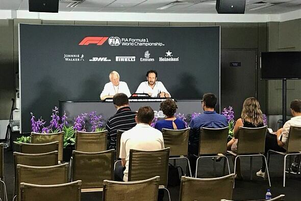 Charlie Whiting spricht beim Media Briefing Klartext - Foto: FIA