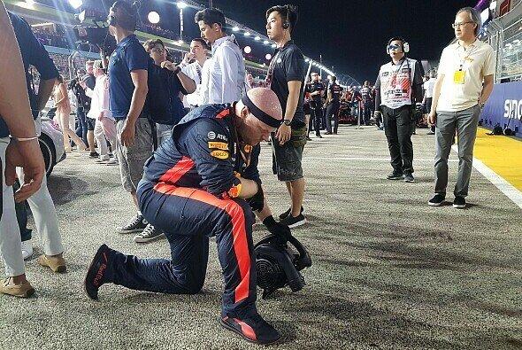 Ein Red-Bull-Mechaniker trocknet den Asphalt vor Max Verstappens Startplatz - Foto: Motorsport-Magazin.com