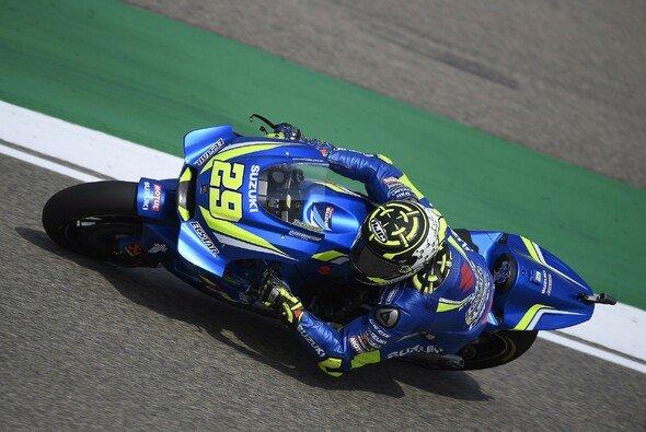Andrea Iannone fährt mit HJC-Helm - Foto: Suzuki