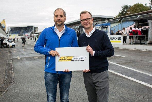Joern Schneemann, Vice President Kühne + Nagel Expo & Events EMEA (li.), und ADAC Geschäftsführer Lars Soutschka - Foto: ADAC GT Masters
