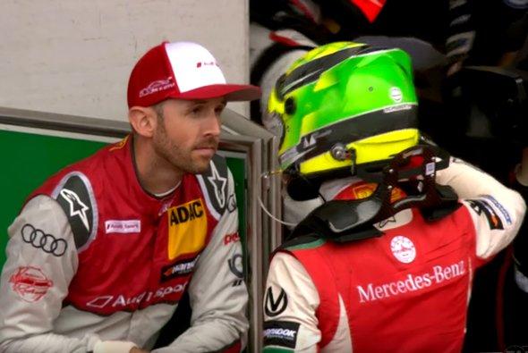 Szene vom Samstag: Rene Rast holt sich Tipps bei Mick Schumacher - Foto: FIA F3 Europe/Screenshot