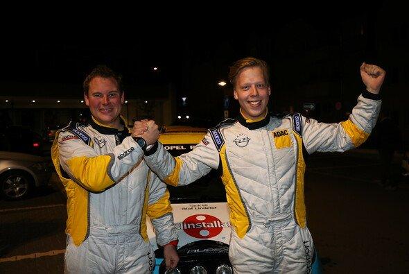 Der verdiente Lohn einer starken Saison: Die Cup-Champions Elias Lundberg (r.) und David Arhusiander - Foto: Opel Motorsport