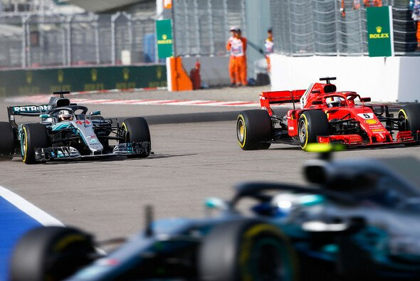 In Russland gewann Hamilton ein seltenes Duell mit Sebastian Vettel - Foto: LAT Images