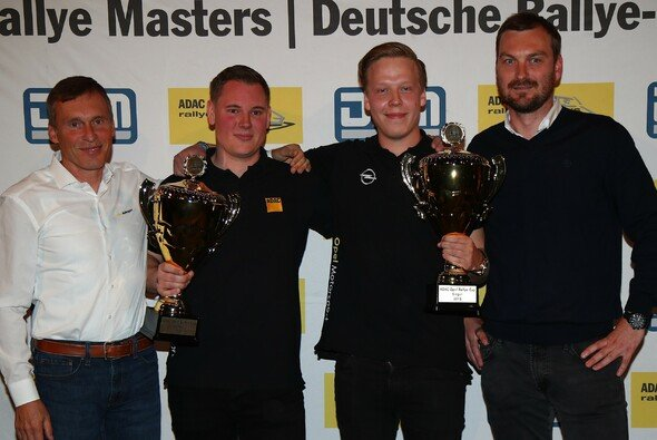 Das ADAC Opel Rallye Junior Team 2019: Lundberg (2.v.r.) und Copilot Arhusiander zwischen Schrott (l.) und Bachmeier - Foto: ADAC Opel Rallye Junior Team