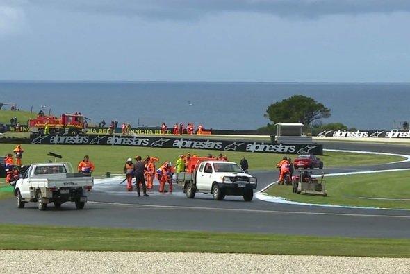 Das Streckenpersonal versuchte alles, um die Strecke zu reinigen - Foto: Screenshot/MotoGP