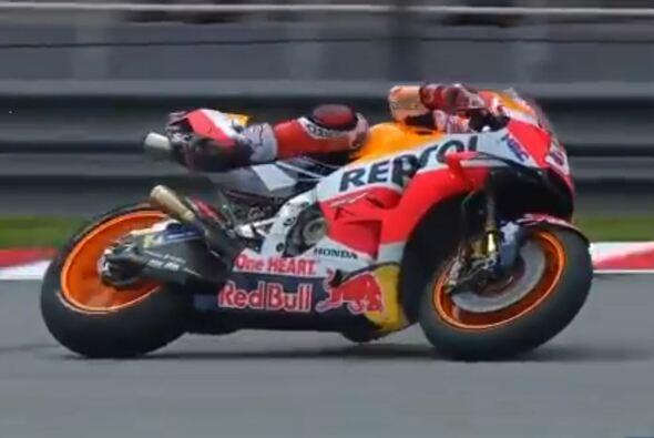 Marc Marquez hing mehrmals neben seiner Honda - Foto: MotoGP/Screenshot