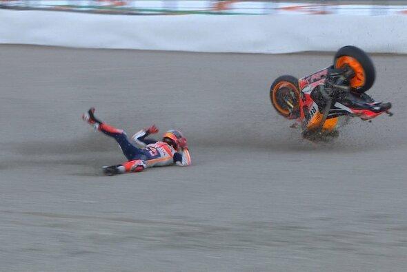 Bei diesem Abflug verletzte sich Marquez erneut an der Schulter - Foto: Screenshot/MotoGP