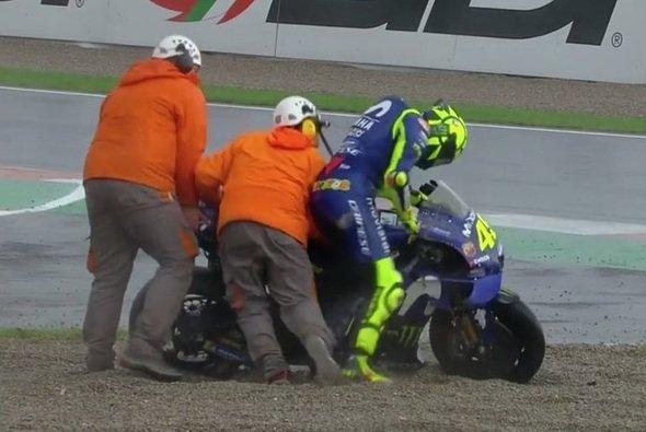 Valentino Rossi ging mit seiner Yamaha erneut zu Boden - Foto: Screenshot/MotoGP