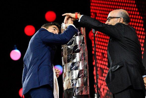 Carmelo Ezpeleta gratuliert Marc Marquez 2019 zum 6. MotoGP-Titel - Foto: MotoGP.com