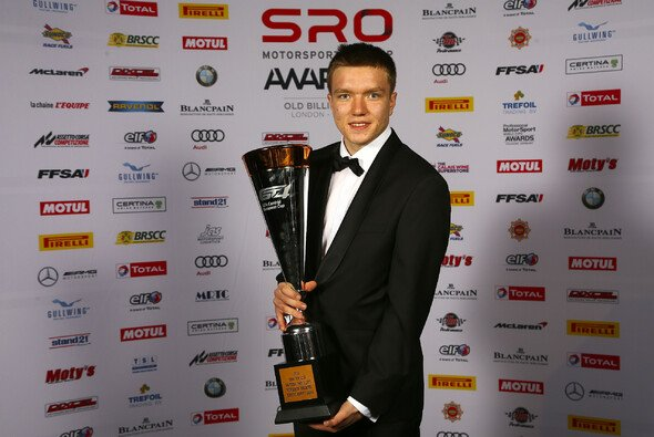 Benjamin Mazatis mit seinem Pokal bei der SRO Awards Night in London - Foto: SRO Motosports Group