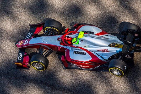 Mick Schumacher in seinem neuen Formel-2-Auto beim Test in Abu Dhabi - Foto: Mick Schumacher/Twitter