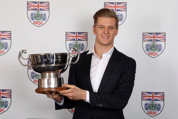 Mick Schumacher mit der John Cooper Trophy des British Racing Drivers' Club - Foto: BRDC