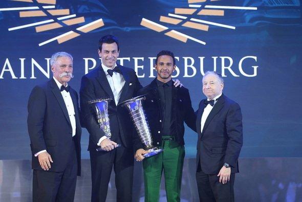 Toto Wolff und Lewis Hamilton bekommen in St. Petersburg die WM-Pokale der Formel 1 - Foto: Mercedes-Benz