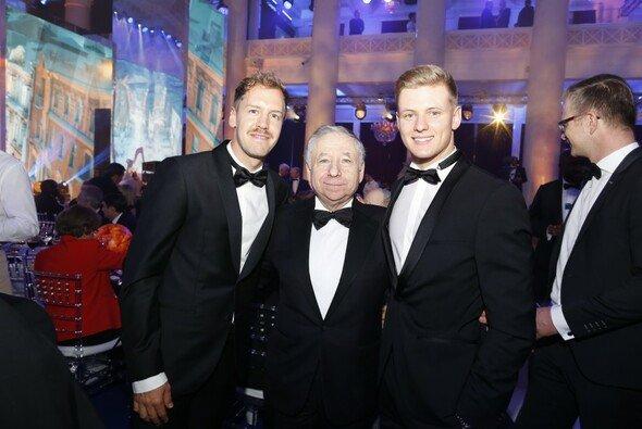 Mick Schumacher während der FIA-Gala mit Sebastian Vettel und FIA-Chef Jean Todt - Foto: FIA