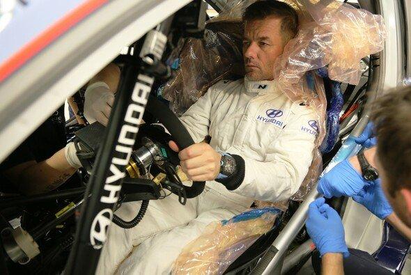 Sebastien Loeb war zur Sitzanpassung in Alzenau - Foto: Hyundai