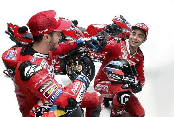 Die Chemie zwischen Dovizioso und Petrucci stimmte nicht nur beim Fotoshooting - Foto: Ducati