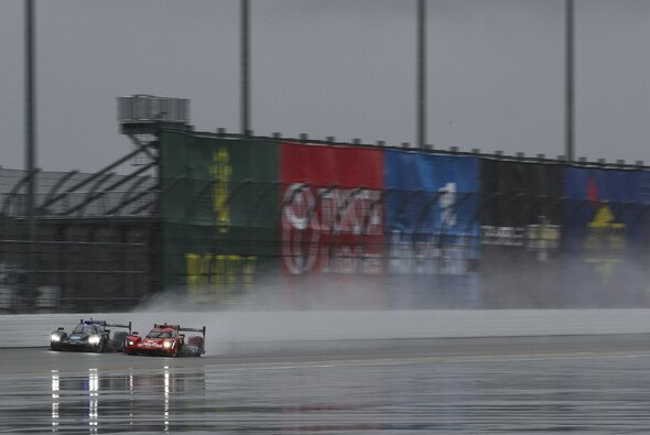 Alonso macht in der Schlussphase den Sieg in Daytona klar - Foto: LAT Images