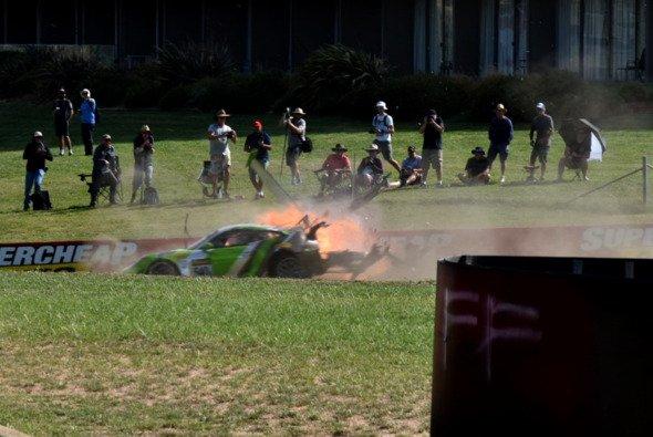 Der Porsche 911 von Tim Pappas fing nach dem Einschlag Feuer - Foto: Twitter/ElChrispo