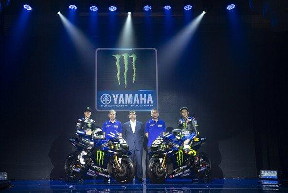 Kouchi Tsuji (hier neben Valentino Rossi) verlässt Yamaha - Foto: Yamaha
