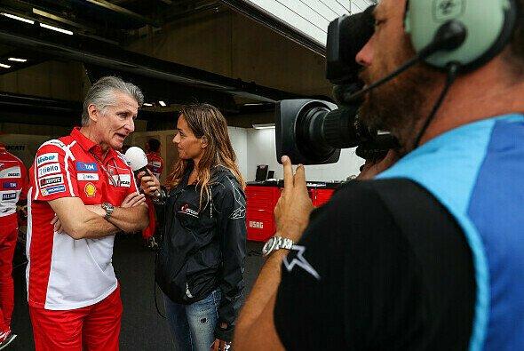 Andrea Schlager ist für ServusTV im Fahrerlager und der Boxengasse unterwegs - Foto: Red Bull Content Pool