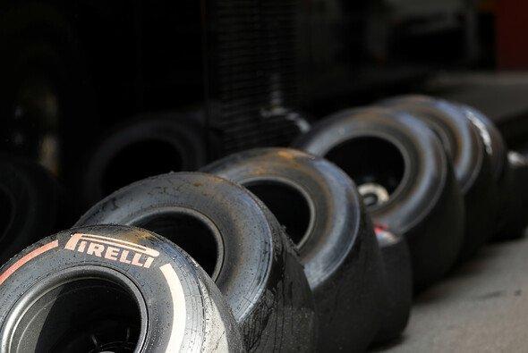 Reifenstapel gibt es bei den Tests der Formel 1 nur wenig - die Anzahl ist stark limitiert - Foto: LAT Images