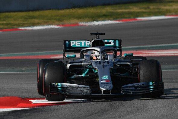 Formel-1-Weltmeister Lewis Hamilton sieht Mercedes vor dem Auftakt in Australien deutlich hinter Ferrari - Foto: LAT Images