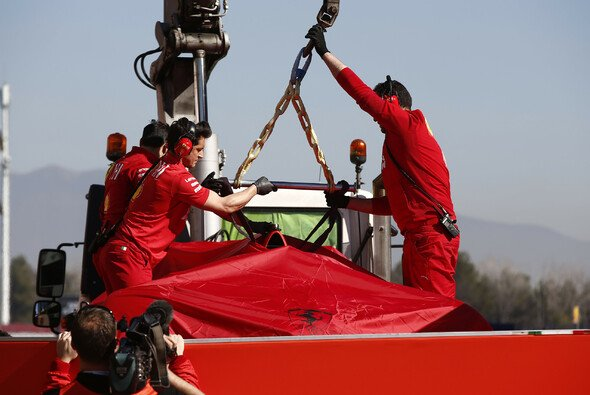 Sebastian Vettels kaputter Ferrari kehrt nach Crash zurück an die Box - Foto: LAT Images