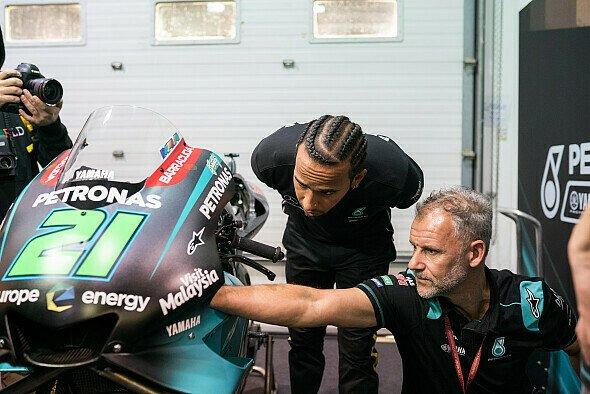 Lewis Hamilton verbrachte das MotoGP-Qualifying in der Box - Foto: Petronas