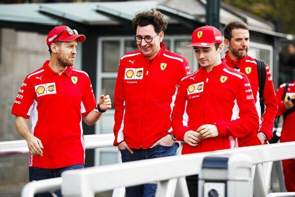 Die Ferrari-Führung: Sebastian Vettel, Mattia Binotto und Charles Leclerc - Foto: LAT Images