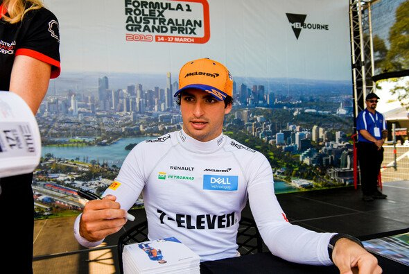 Carlos Sainz trägt in Australien statt 'A Better Tomorrow' Werbung für 7-Eleven auf - Foto: LAT Images